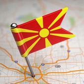 Mazedonien kleine flagge auf einem kartenhintergrund. — Stockfoto
