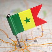 Senegal-flagge auf einem kartenhintergrund. — Stockfoto