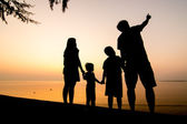 Silhouette of family on the beach — Fotografia Stock