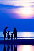 Famille sur la plage — Photo