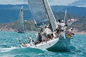 Závodní jachta v moři — Stock fotografie