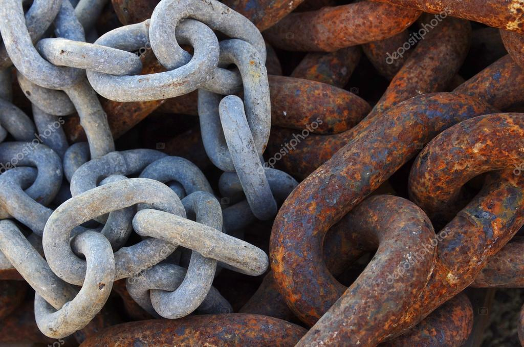 Two different kinds of old industrial chain links in a marine port — Stock Photo #12529872