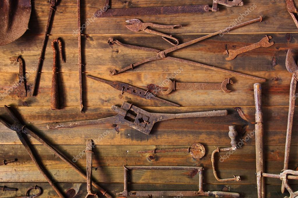 Wooden display with many old and rusty tools — Stock Photo #13898401
