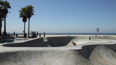 Skater im Venice Skatepark in Los Angeles, Kalifornien, USA — Stock Video