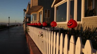 Halloween costumes and masks at the houses on the beach in Hermosa Beach in Los Angeles — Stock Video