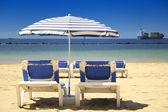 Chaises sur une plage de sable — Photo