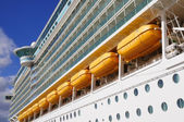 Büyük beyaz yolcu gemisi demirleme — Stok fotoğraf