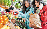 Market fruits shopping friends — Stock Photo