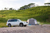 Automobile and camp on sunrise — Stock Photo