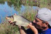 漁師のハンドを鯉します。 — ストック写真