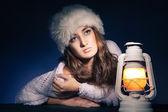 Fener ile karanlık oturan güzel kadın — Stok fotoğraf