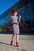 Hermosa mujer delante de un edificio — Foto de Stock