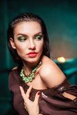 Bella mujer con joyas en la oscuridad — Foto de Stock