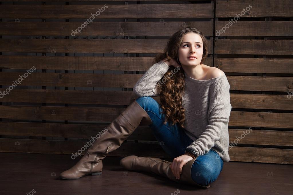 a8dd89a6e2 Banos Estilo Vaquero Mujer   Mujer joven en ropa de estilo vaquero sobre  madera — foto