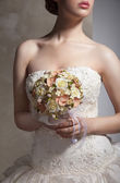 Bride is holing wedding flowers. Focus on flowers — Foto de Stock