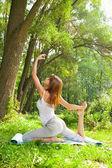 若い女の子が公園でヨガをやっています。 — ストック写真