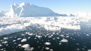 Driving through ice in arctic waters — Stok video