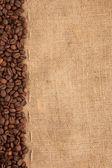 Raden av kaffebönor och säckväv — Stockfoto