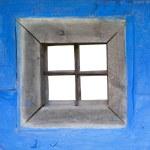 muro blu della casa con una finestra — Foto Stock