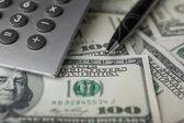 ペン、電卓、ドルのクローズ アップ — ストック写真