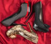 Tři ženy krásné boty na červeného hedvábí — Stock fotografie