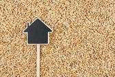 房子指针位于大麦的价格标签 — 图库照片