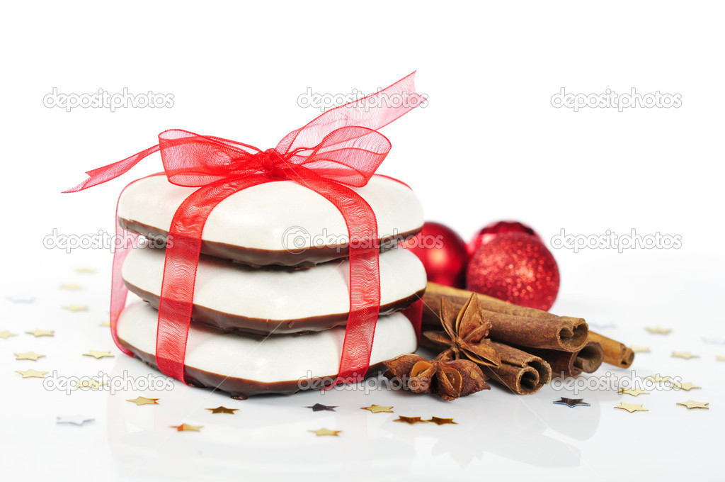 Gingerbread cookies with  red ribbon and cinnamon  isolated on white background — Stock Photo #14396233