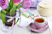 Cup of tea with tulips bouquet — Stock Photo