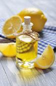 在一个玻璃瓶中的柠檬油 — 图库照片