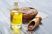 Linseed oil and flax seeds — Stock Photo