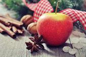 Manzana roja con canela — Foto de Stock