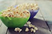 Popcorn in kunststof kommen — Stockfoto