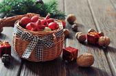 枝編み細工品バスケットのクリスマスの装飾 — ストック写真