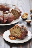 Stuk van taart met rozijnen en walnoten — Stockfoto