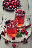 Mulled wine with fresh cranberry — Stock Photo