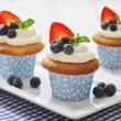 Cupcakes decorated with fresh berries — Stock Photo #41402755