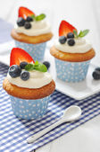 Cupcakes decorated with fresh berries — Stock Photo