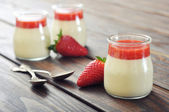 Panna cotta with fresh strawberry — 图库照片