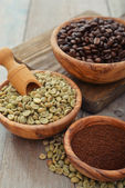 Green and roasted coffee beans  — Stock Photo