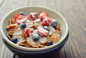 Cereal flakes with fresh berries — Photo