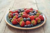 Fresh strawberry and blueberry — Stock Photo