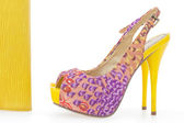 Pare of yellow women stiletto shoes with matching bag, isolated — Stock Photo