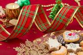 Szczegóły ciasteczka świąteczne z dekoracji xmas w czerwone i złote — Zdjęcie stockowe