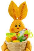 Becket de lapin de pâques et des bonbons et des oeufs de pâques, sur blanc backgro — Photo