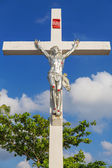 A statue of Jesus Christ crucified against blue sky — Fotografia Stock