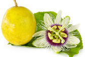 Passion fruit flower with ripe passion fruit — Stock Photo