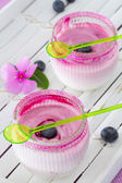 Dwie szklanki jogurtu deser na płytce białe, z jagodami — Zdjęcie stockowe