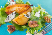 Salad with caramelised pears,walnuts and blue cheese — Stock Photo