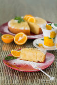 Rebanada de pastel de naranja recién cocido — Foto de Stock
