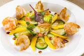 Garnelen-salat mit mango, kittel-lachs, gurke, balsamico-essig — Stockfoto